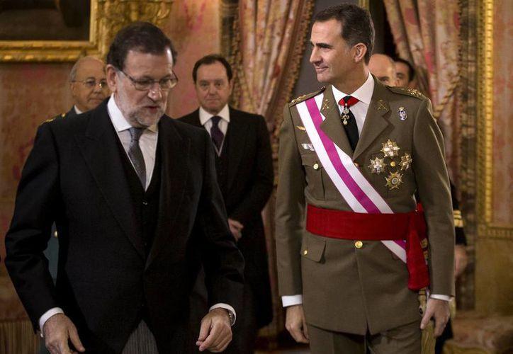 Imagen de archivo del rey de España, Felipe VI, caminando junto al presidente del Gobierno, Mariano Rajoy (izq), durante la celebración de la Pascua Militar en el Palacio Real de Madrid, España. (Agencias)