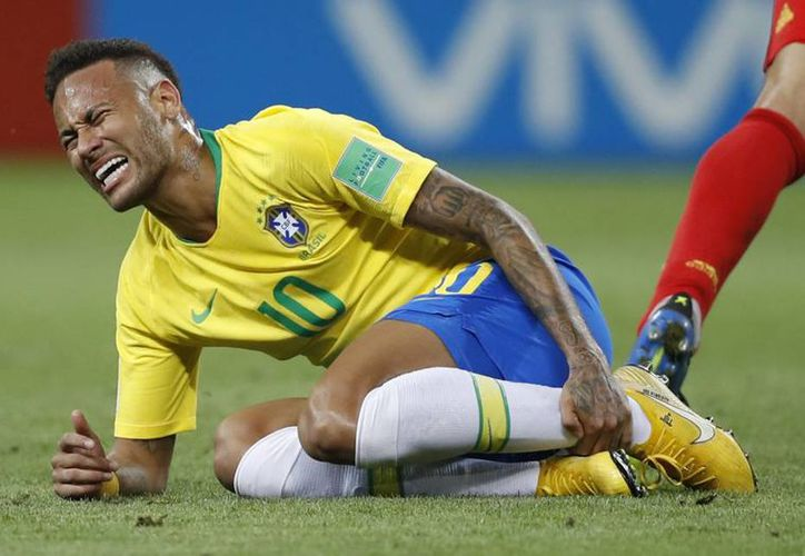 Neymar fue muy criticado por la pérdida de tiempo y drama hecho en cada contacto. (AP)