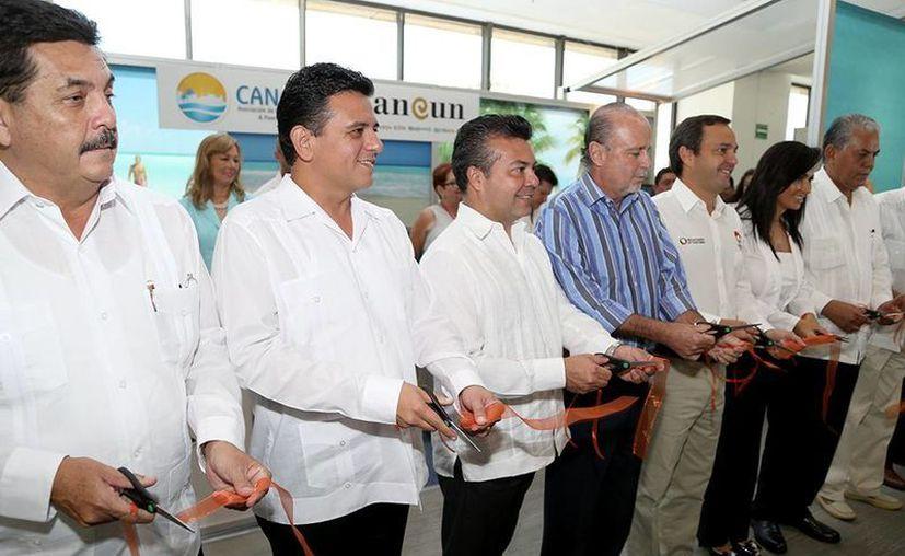 El alcalde de la isla, acompañado de funcionarios municipales y estatales, cortaron el listón del stand de Cozumel. (Cortesía/SIPSE)