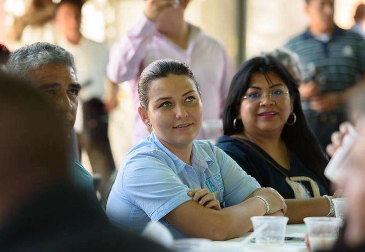 Imagen de la  andidata a diputada de la coalición PAN-PRD, Leslie Zavaleta durante un acto de campaña. (facebook.com/LeslieZavaletamx)