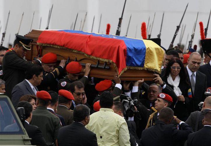 El féretro del fallecido presidente de Venezuela, Hugo Chávez, fue trasladado desde la Academia Militar, hasta el Museo Histórico Militar. (Agencia)