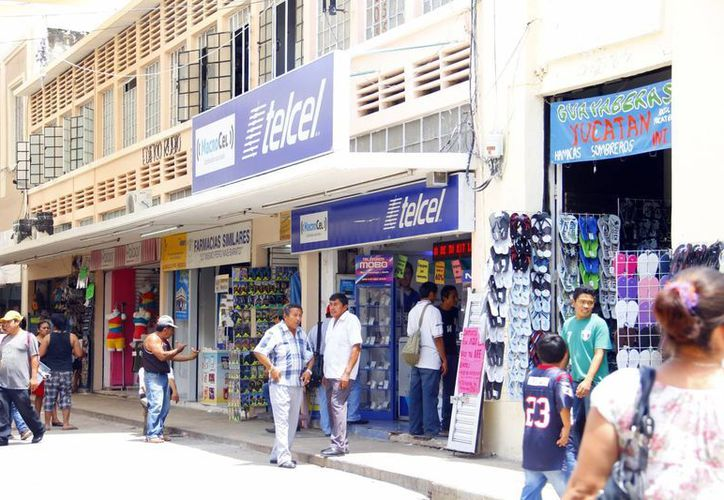 De acuerdo con la Cámara de Comercio de Mérida, la crisis financiera obligó a empresarios a bajar el monto del pago de utilidades. La imagen de los comercios en el centro de Mérida está utilizada solo como contexto. (Milenio Novedades)