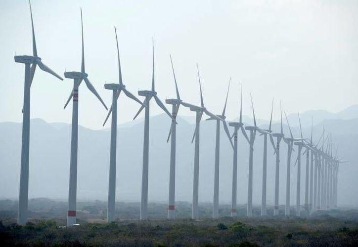 Una empresa en Yucatán desarrolló un sistema de alumbrado público híbrido, es decir, con energía solar y eólica. (Foto de contexto de Notimex)