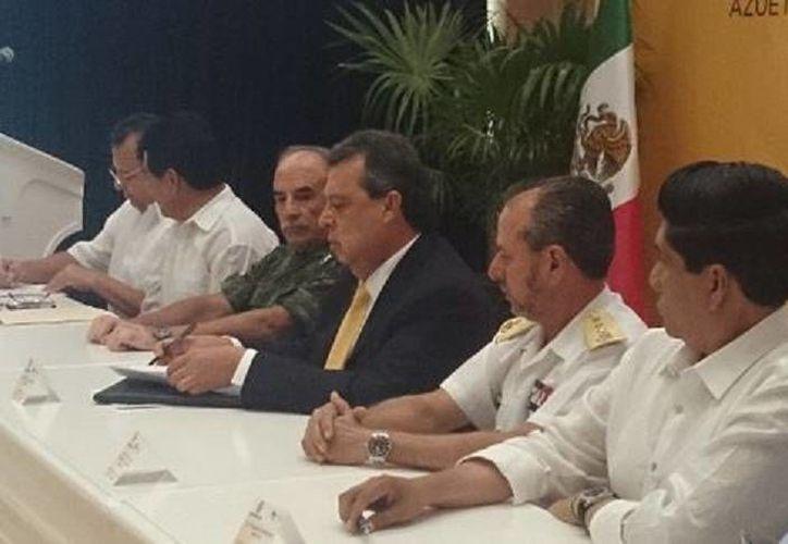 Ángel Aguirre Rivero (c): el mando único policial es la materialización del deseo que tiene la población por mejorar sus condiciones de seguridad. (Milenio)