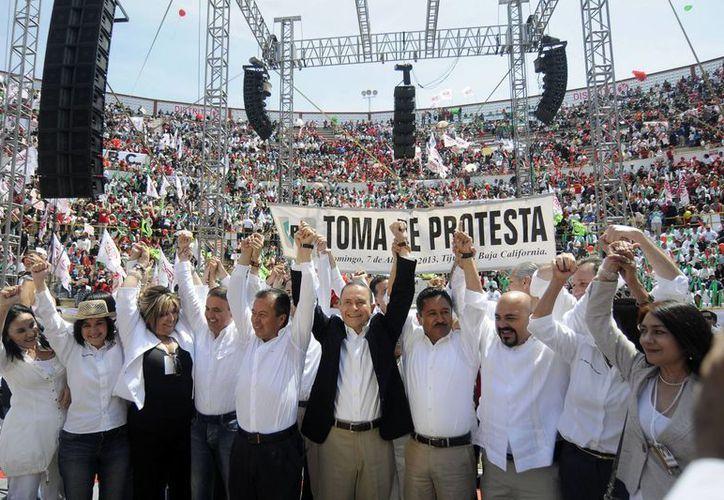 Los candidatos priistas en Baja California, junto con sus líderes estatales y nacionales. (Notimex)