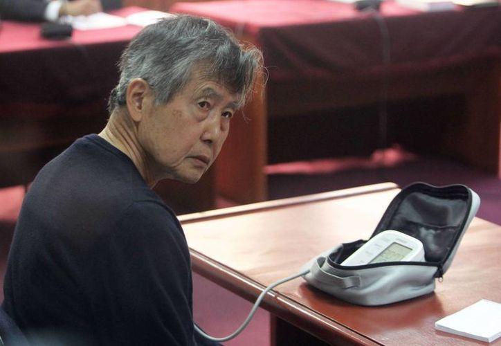 El expresidente peruano Alberto Fujimori se controla la presión, durante el juicio oral. (EFE)