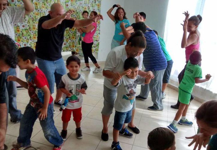 Irasema Ham ofrece su risoterapia cada domingo en el Planetario Ka' Yok' de Cancún. (Alejandra Flores/SIPSE)