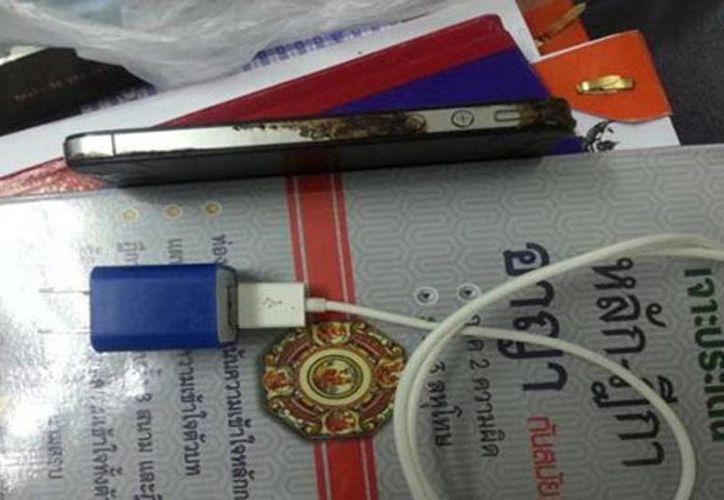 El iPhone 4S de Pisit Charnglek estaba cargándose con un accesorio que no era original de Apple. (que.es)