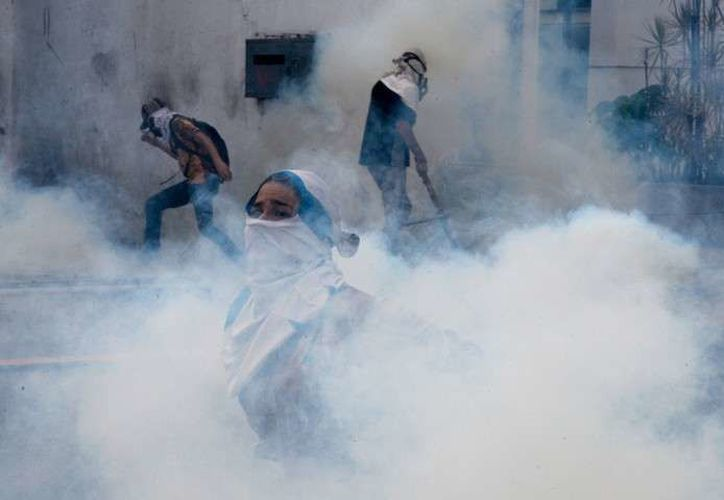 Los disturbios se extendieron hasta finales de la tarde y fueron reprimidas con gases lacrimógenos y balas de goma por lo efectivos de la Policía Nacional Bolivariana (PNB) y GNB. (AFP)