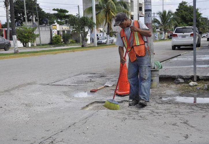 Dos cuadrillas integradas por 10 trabajadores son quienes realizan acciones de bacheo en diversos sectores de la ciudad. (SIPSE)