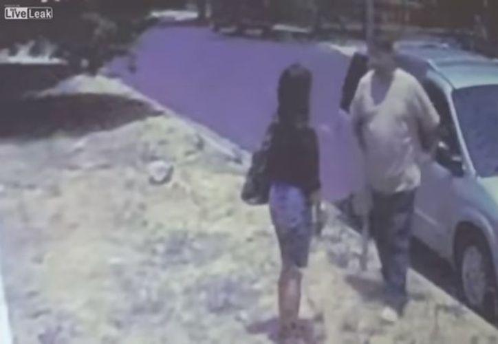 Una cámara de seguridad captó el momento en el que una mujer fue subida a la fuerza a un vehículo, en Los Ángeles, California, Estados Unidos. (Impresión de pantalla)
