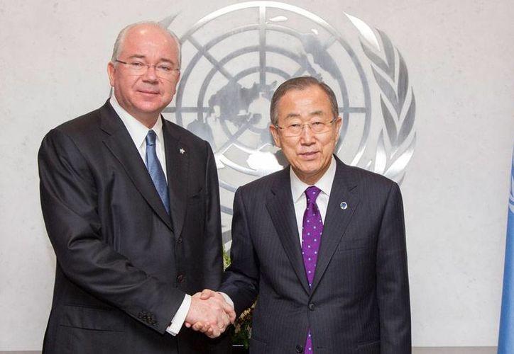 Rafael Ramírez Carreño, ministro de Relaciones Exteriores de Venezuela (izq.) posa para foto con el secretario general de la ONU, Ban Ki-moon. Venezuela ingresó como integrantes no permanente al Consejo de Seguridad de la Organización. (AP)