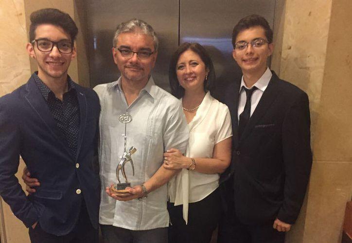 El Dr. Andrés Antonio Torres Acosta, acompañado de su esposa e hijos. (Milenio Novedades)