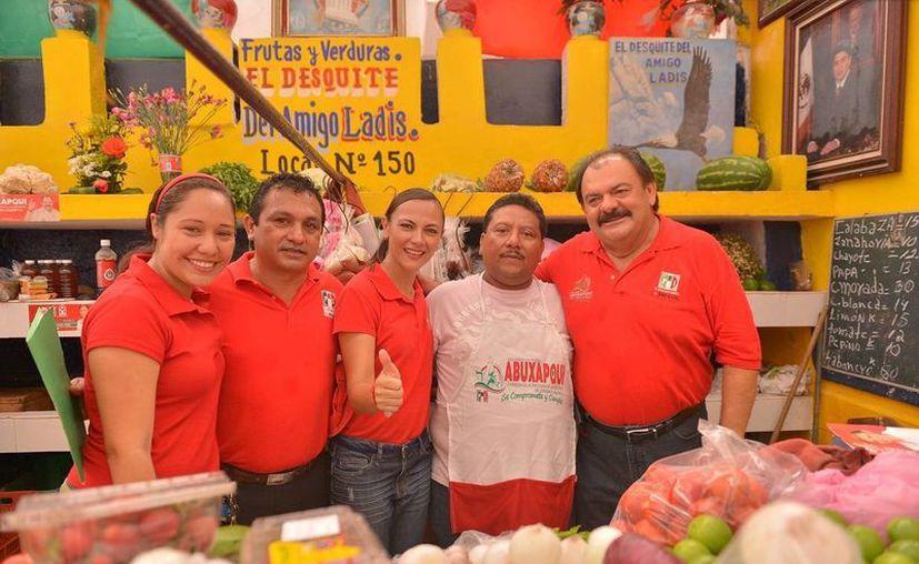 La comitiva de candidatos priistas, encabezada por Eduardo Espinoza Abuxapqui. (Harold Alcocer/SIPSE)