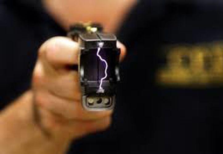 Una estudiante venció a uno de sus asaltantes al descargar sobre él su pistola eléctrica, en Puebla. (Internet)