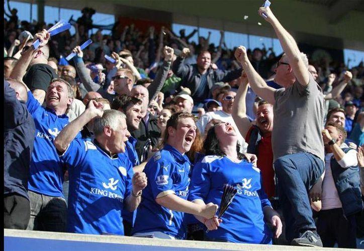 La directiva de los  'Foxes' causaron felicidad total en los aficionados del Leicester City, debido a que el club regalará cerveza para agradecer el apoyo brindado durante la reciente temporada en la Barclays Premier League. (AP)