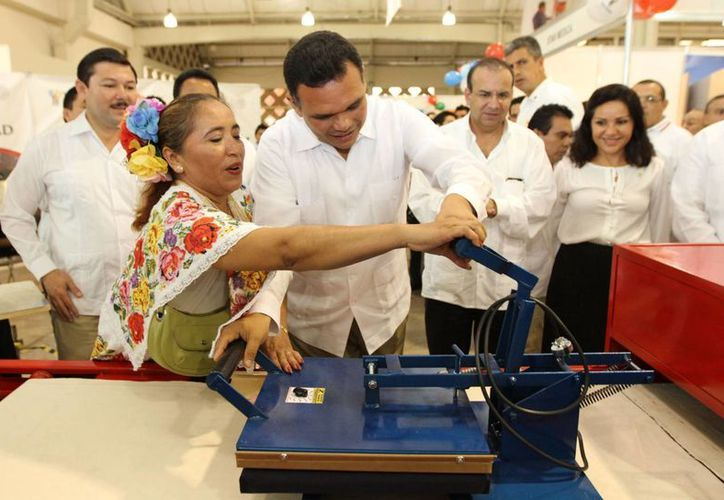 El gobernador Rolando Zapata y el secretario del Trabajo, Alfonso Navarrete, inauguraron la Expo Empleo Yucatán 2013. (Cortesía)