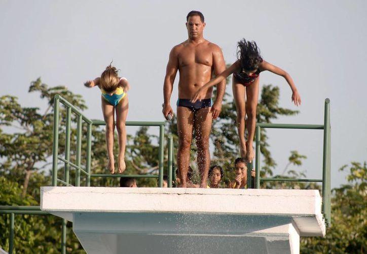 Niños de siete y nueve años llegaron al trampolín de nueve metros para saltar valientemente. (Miguel Maldonado/SIPSE)