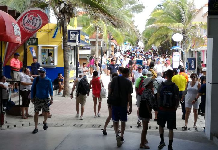 Se ha registrado una gran afluencia de turistas en el centro de Playa del Carmen. (Adrián Barreto/SIPSE)