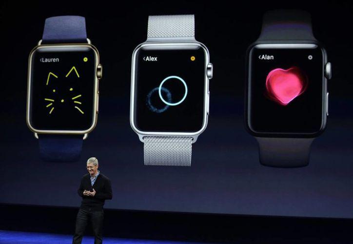 Tim Cook, director general de Apple, explica las opciones del nuevo Apple Watch. (Agencias)