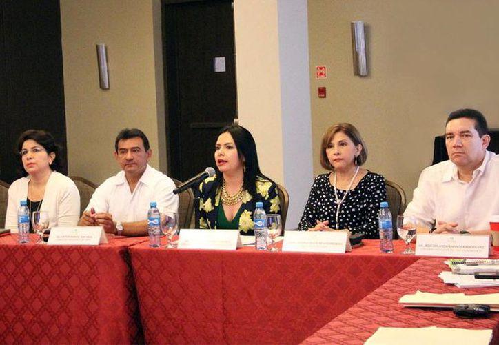 Arminda Balbuena Cisneros (con el micrófono), Directora General de Capacitación del INAI, resaltó la importancia de la creación de la Red Nacional de Transparencia (Renata) para generar mecanismos que permitan al ciudadano acceder a la información de manera igualitaria. (SIPSE)
