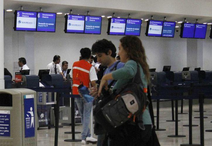 La compra de boletos aéreos con tarjeta de crédito puede conllevar un cargo adicional. (Israel Leal/SIPSE)