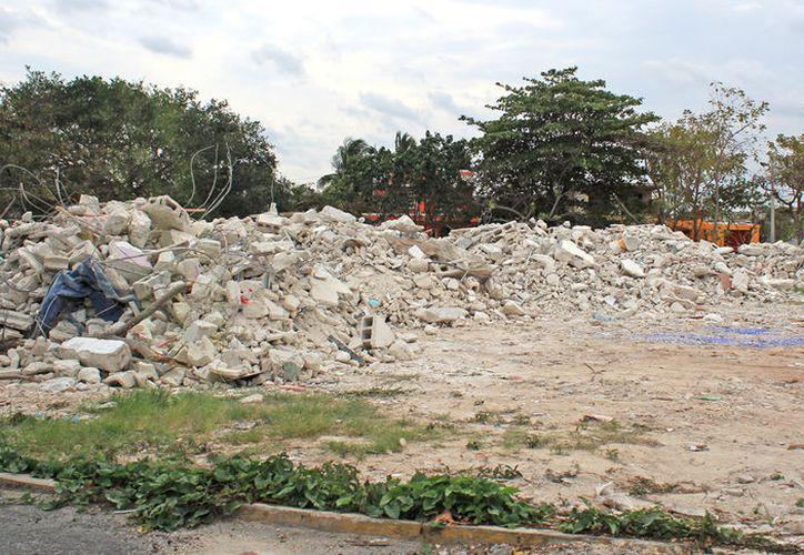 Parte del camellón de la avenida Chaac Mool de Cancún es ya un tiradero de escombros. (Jesús Tijerina/SIPSE)