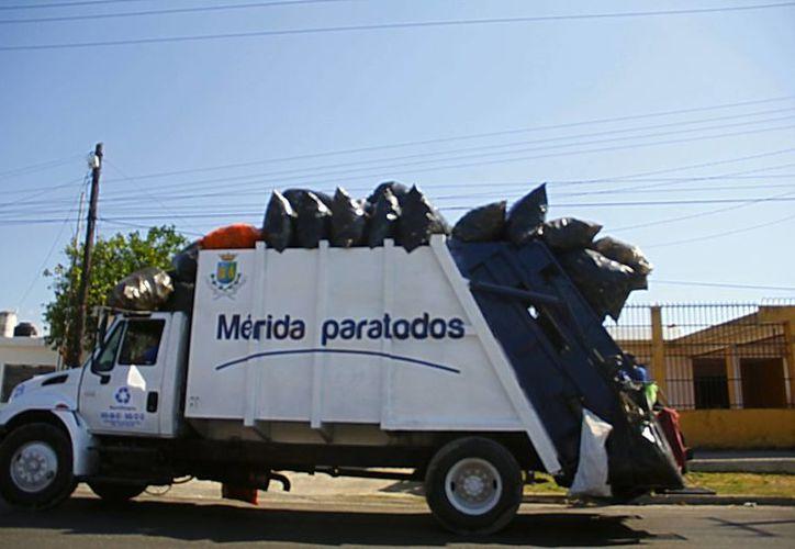 Los camiones de basura recogen desde hoy los desechos que se generaron durante la Nochebuena. (Milenio Novedades)