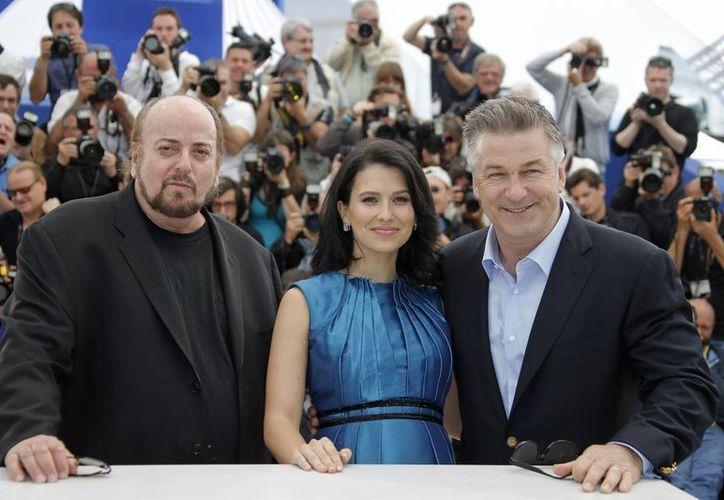 Alec Baldwin (d) con su esposa Hilaria Thomas y el cineasta James Toback. (Agencias)