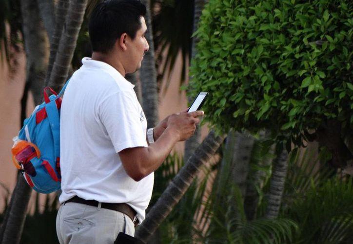 Se estima que en México hay unas 80 millones de líneas de teléfono celular activas. (Christian Coquet/SIPSE)
