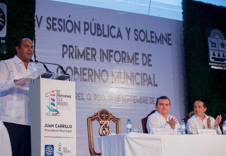 El presidente municipal fue acompañado por autoridades estatales y locales durante el discurso. (Cortesía)