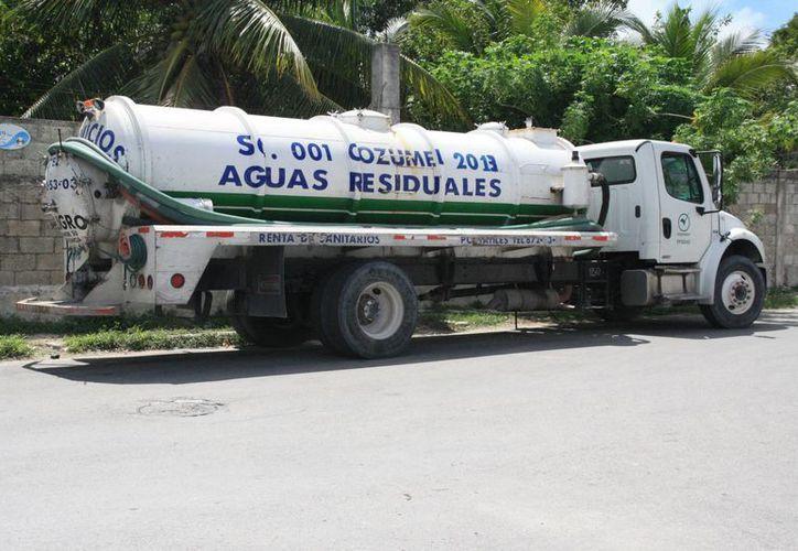 El dueño de una empresa dedicada al traslado de aguas residuales denunció que fue extorsionado por el encargado de la Cofepris en la isla. (Irving Canul/SIPSE)