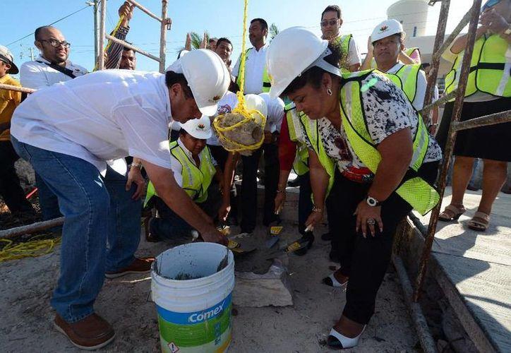 El presidente municipal de Isla Mujeres, Agapito Magaña Sánchez, colocó la primera piedra de la construcción de un domo deportivo. (Redacción/SIPSE)