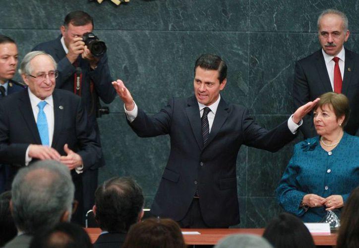 Peña Nieto entregó los premios nacionales de Ciencias, Arte y Literatura este jueves en la Ciudad de México. (Notimex)