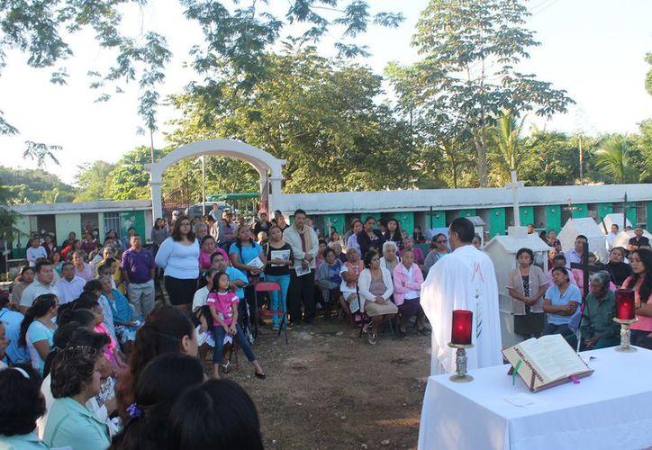 Cientos de familias acudieron al cementerio. (Raúl Balam/SIPSE)