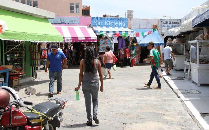 A pesar de ser un mercado muy popular, en el lugar se puede observar que solamente cuenta con un guardia privado. (Tomás Álvarez/SIPSE)