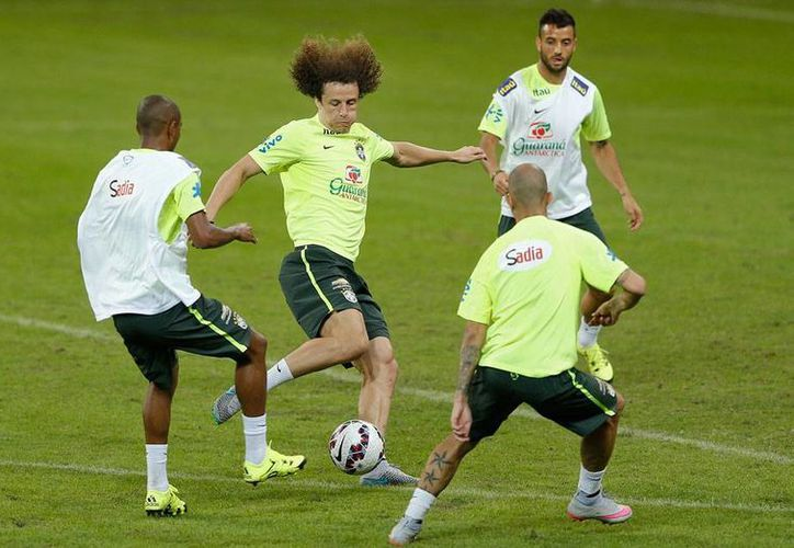 México y Brasil se enfrentan hoy en partido amistoso como parte de la preparación de ambas selecciones a la Copa América 2015. En la imagen, los brasileños en el entrenamiento de este sábado. (AP)