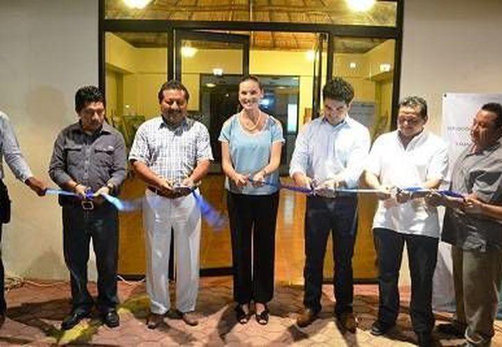 El síndico Jorge Calderón Gómez y la secretaria de Cultura Lilian Villanueva Chan encabezaron la inauguración una exposición pictórica colectiva de varios artistas del estado. (Redacción/SIPSE)