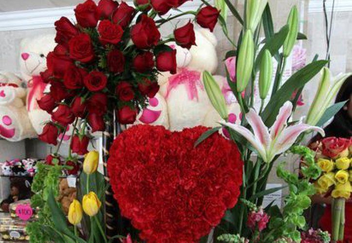Las florerías de la ciudad ofertaron una gran variedad de arreglos. (Francisco Gálvez/SIPSE)