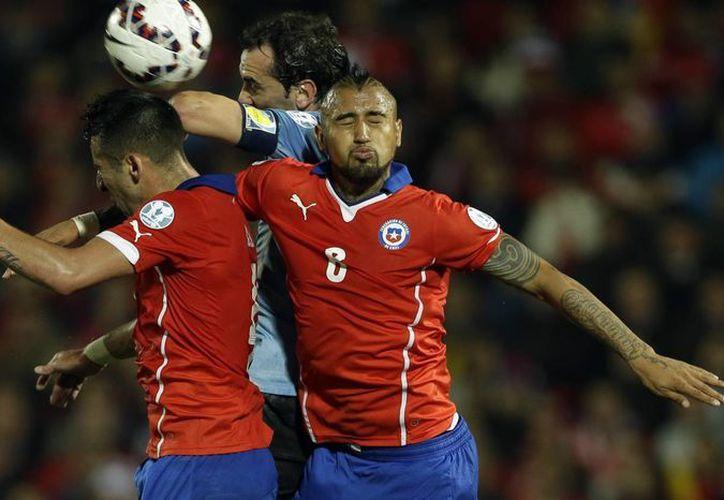 Mauricio Isla (i) fue el anotador del solitario gol en el partido que Chile venció a Uruguay en cuartos de final de la Copa América de Chile. (Foto: AP)