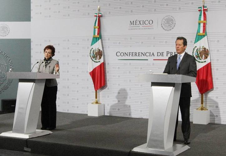 La directora general de Juegos y Sorteos, Marcela González Salas, y el vocero del Gobierno de la República, Eduardo Sánchez Hernández, ofrecieron una conferencia de prensa sobre las 115 mil máquinas tragamonedas ilegales que operan en el país. (Notimex)
