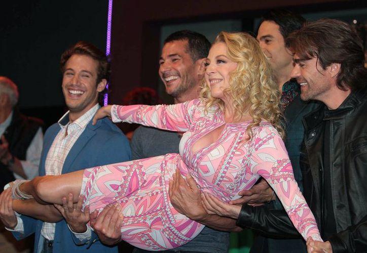 Edith González con parte del elenco de la telenovela 'Las Bravo', que hoy concluye a partir de las 20:00 horas. (Notimex)