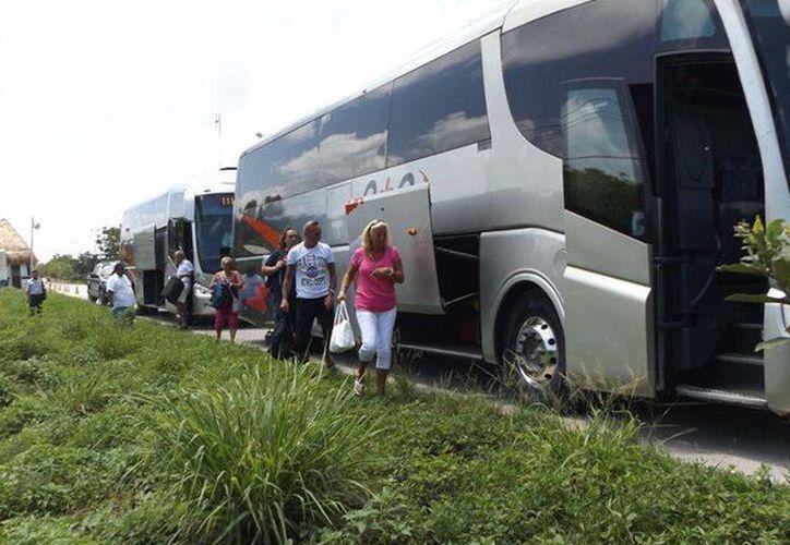 El chofer del autobús fue sancionado por elementos de tránsito por haber huido tras chocar.  (Redacción/SIPSE)