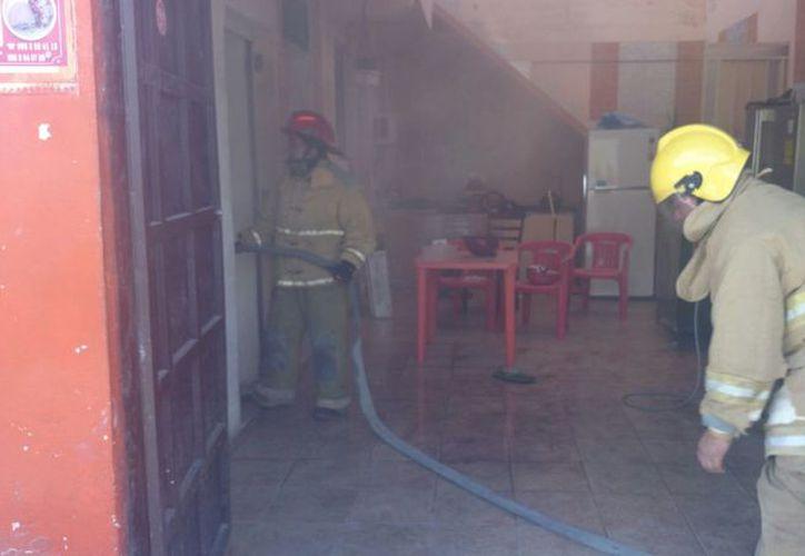 Los bomberos atendieron dos reportes de incendio ayer. (Eric Galindo/SIPSE)