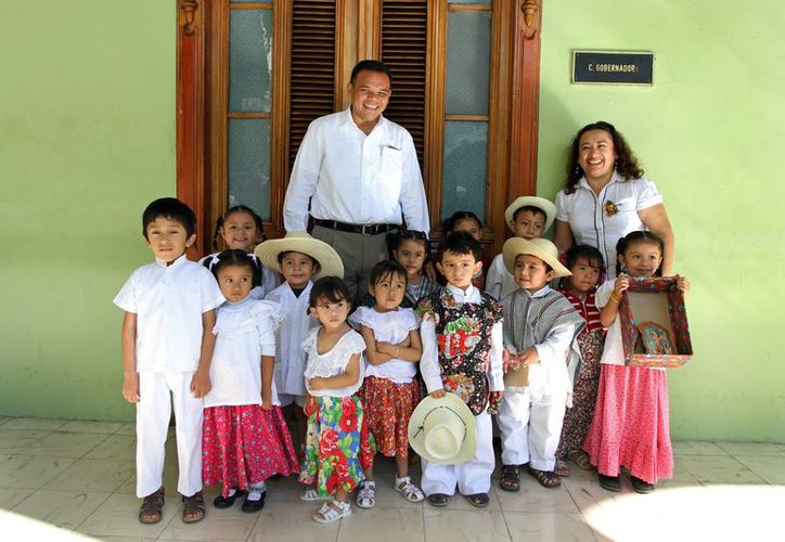 Acomapañados de panderos y cascabeles, los chiquillos del preescolar 'Tic.Tac' cantaron la rama por las oficinas del Palacio de Gobierno. (Cortesía)