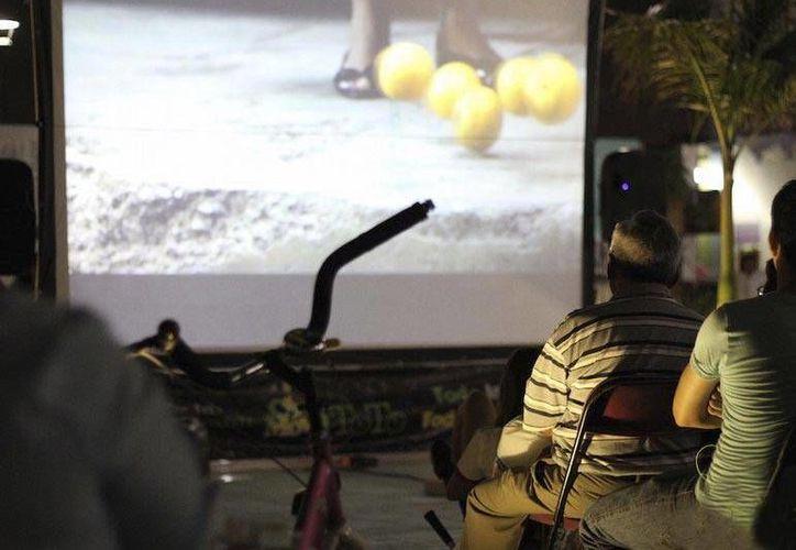 Las películas son proyectadas mediante un mecanismo que genera energía eléctrica a través de bicicletas. (Redacción/SIPSE)