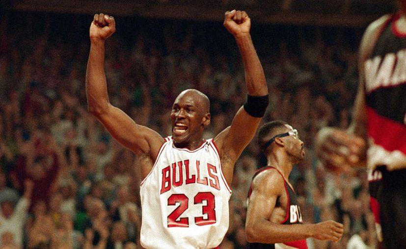 En esta foto del 14 de junio de 1992, Michael Jordan celebra la victoria de sus Bulls de Chicago ante los Trail Blazers de Portland en la serie final de la NBA. (AP Foto/John Swart, archivo)