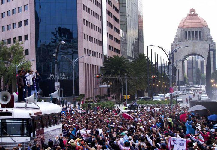 Plantón en el cruce de las Avenidas Juárez y Reforma, lo que afecta seriamente a los comerciantes de la zona. (Notimex)