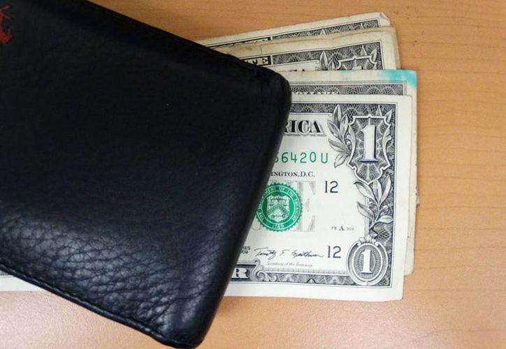 En bancos de la Ciudad de México se adquiere en un mínimo de 16.90 pesos. (Christian Coquet/SIPSE)