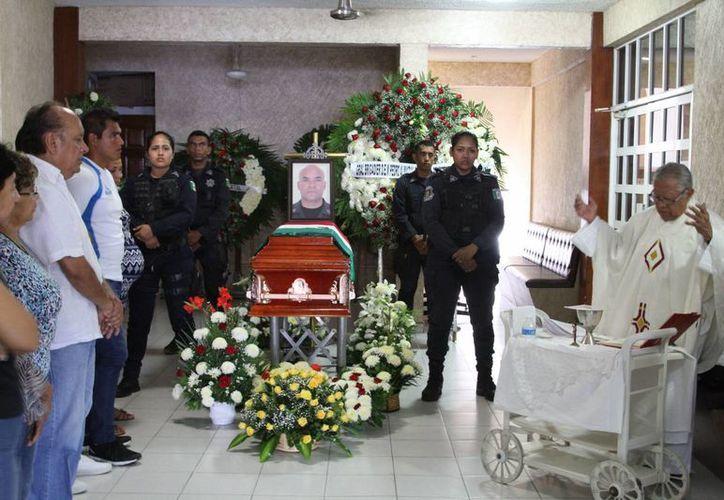 Policías montan guardia junto al ataúd del jefe de la policía del estado de Guerrero Tomás Hernández Martínez, quien fue asesinado hace unos días. (AP/Bernardino Hernández)